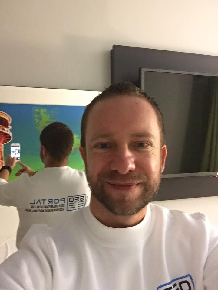 Foto von mir mit unserem SEO Portal Shirt für den SEO Day Köln